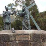 # 2 La cruz de la injusticia sobre sus hombros. The cross of injustice on his shoulders